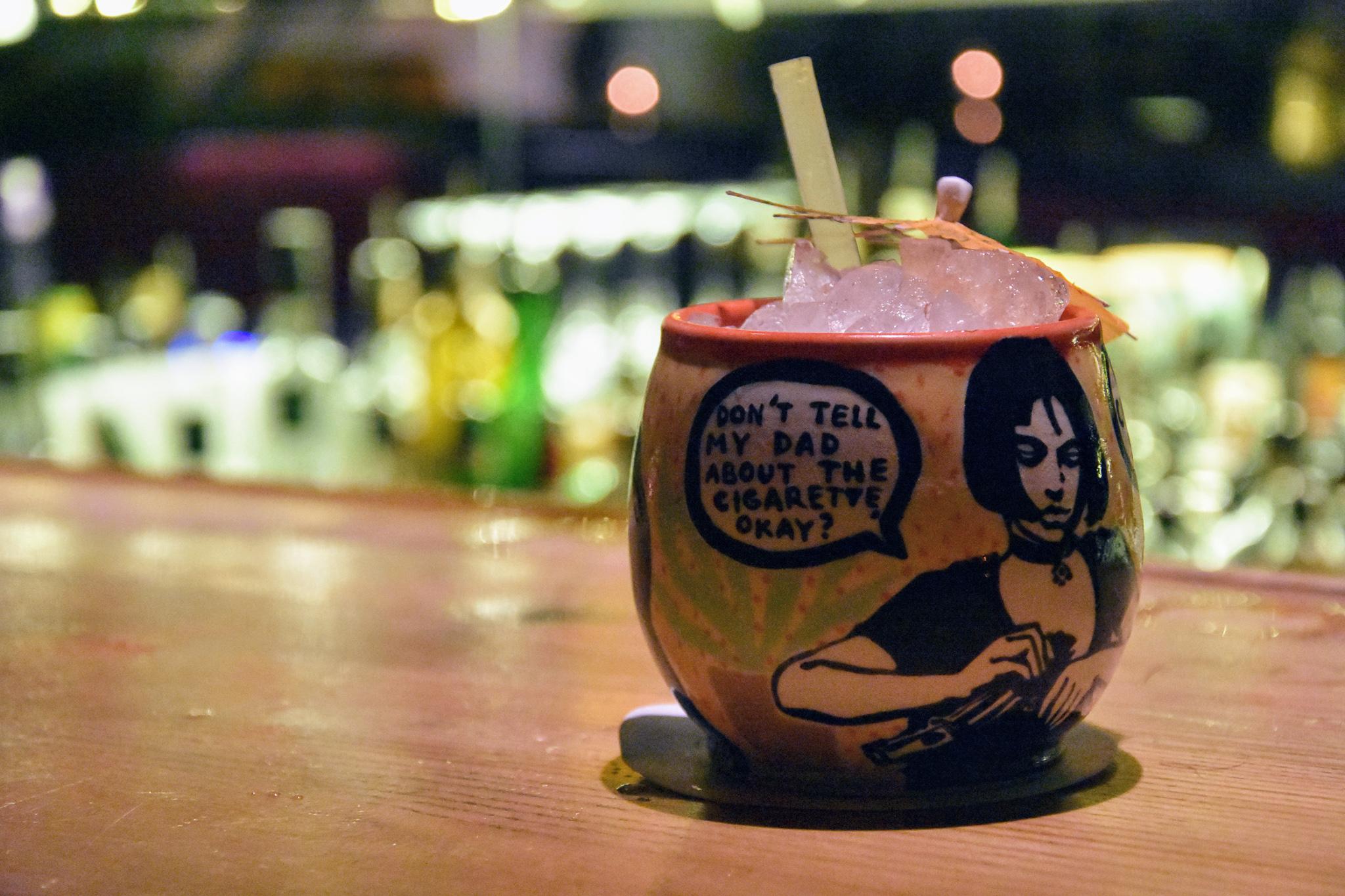"""Drink på en """"officiellt hemlig"""" bar i Brno, Tjeckien."""