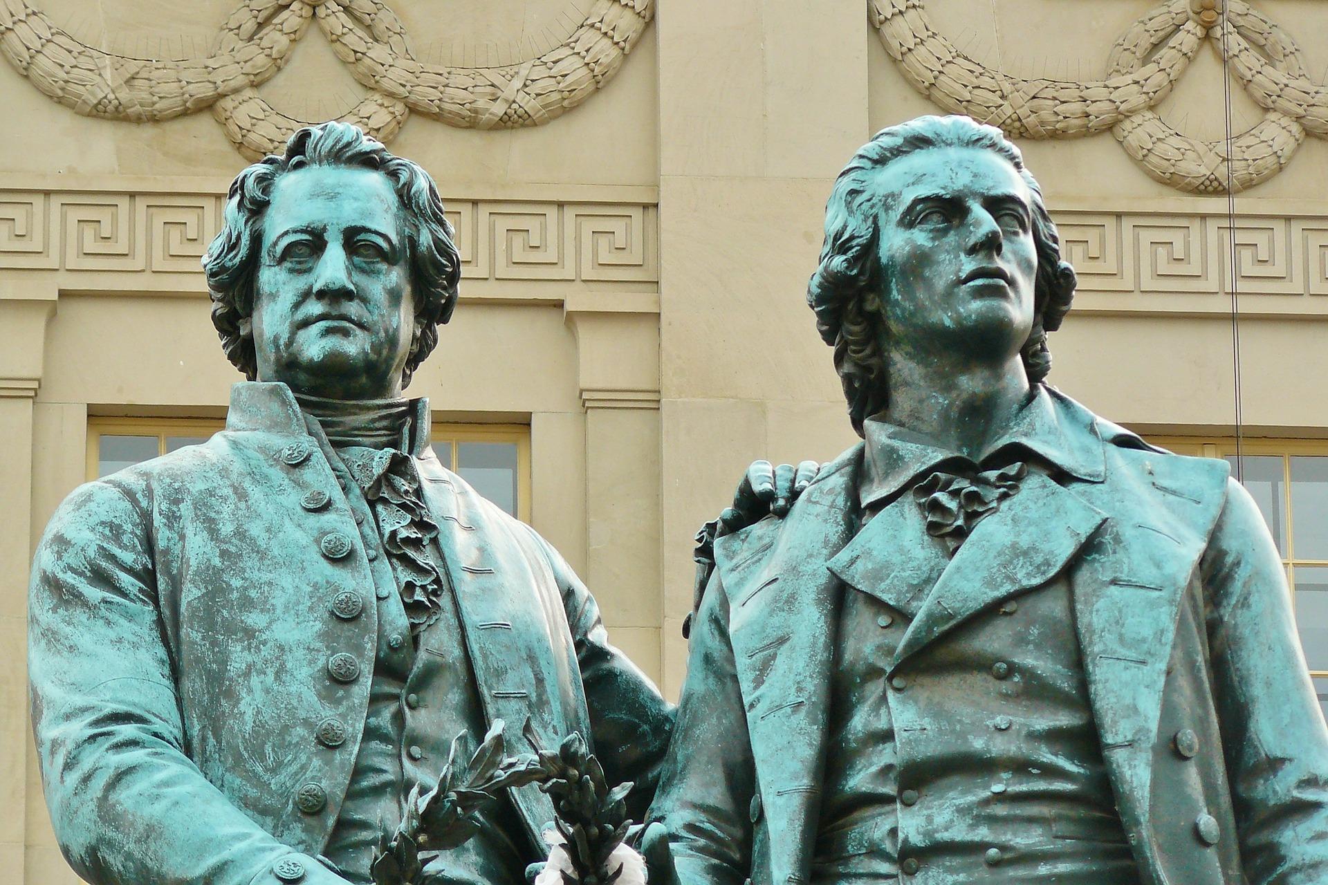 Goethes och Schillers statyer står på torget i Weimar.