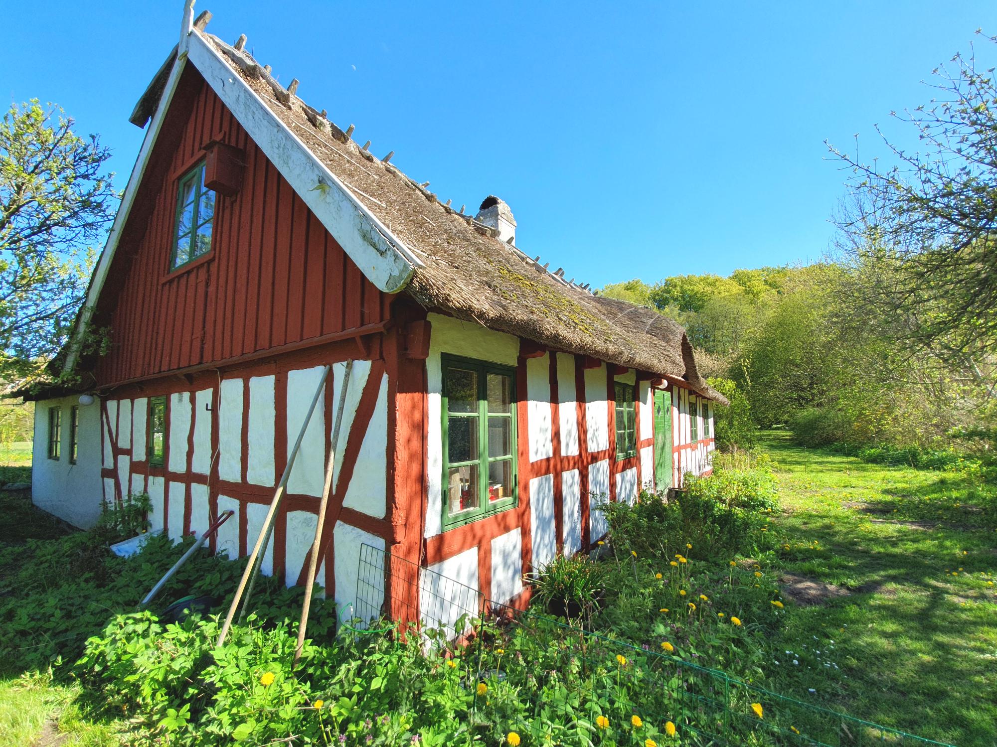 Blåherremölla består av flera kulturhistoriska byggnader, bland annat dessa korsvirkeshus.