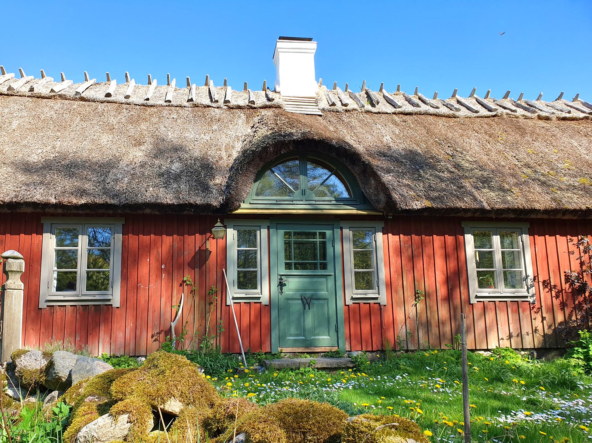 Taken är täckta med strå enligt traditionella metoder.