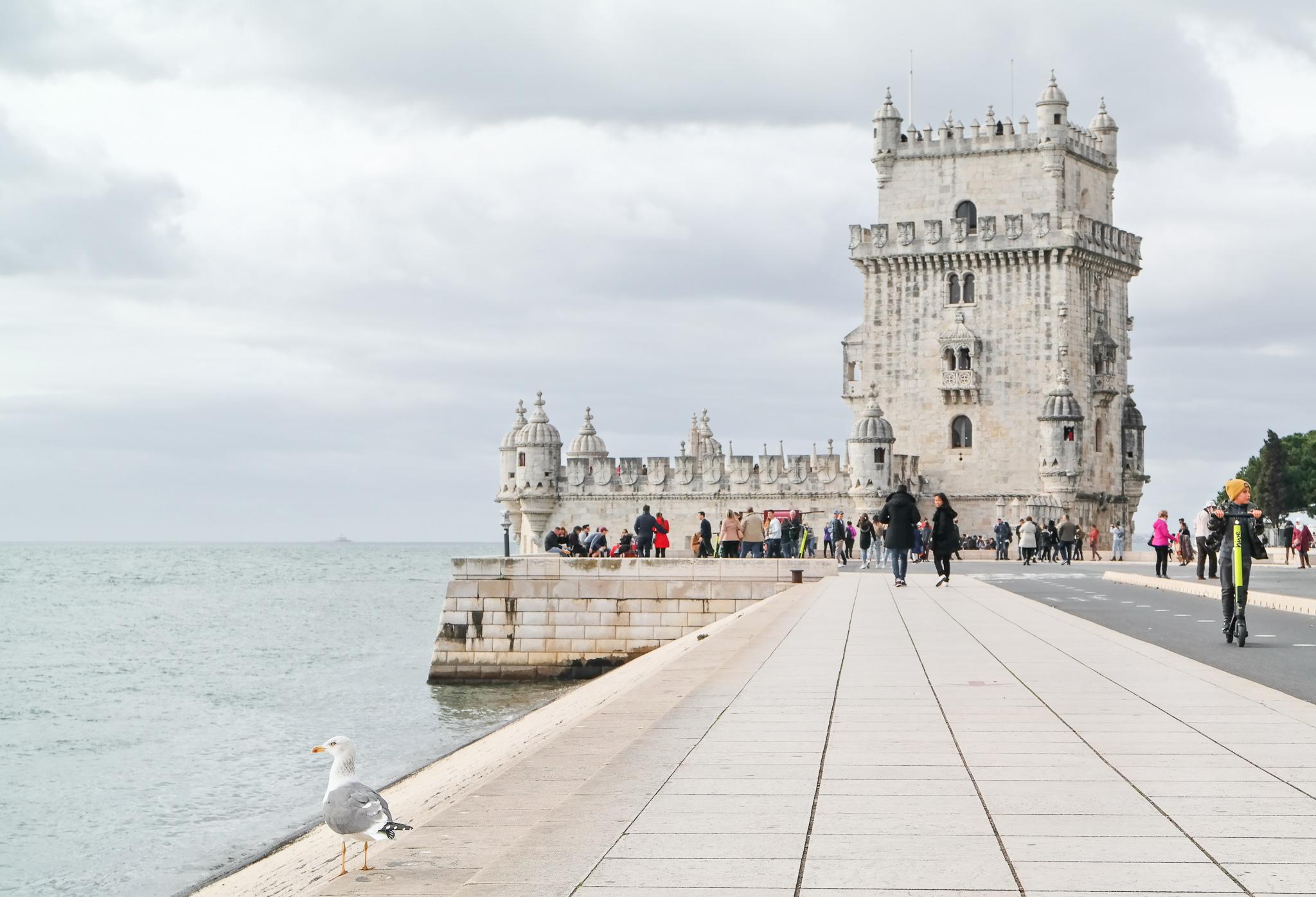 Torre de Belém med sina tinnar och torn.