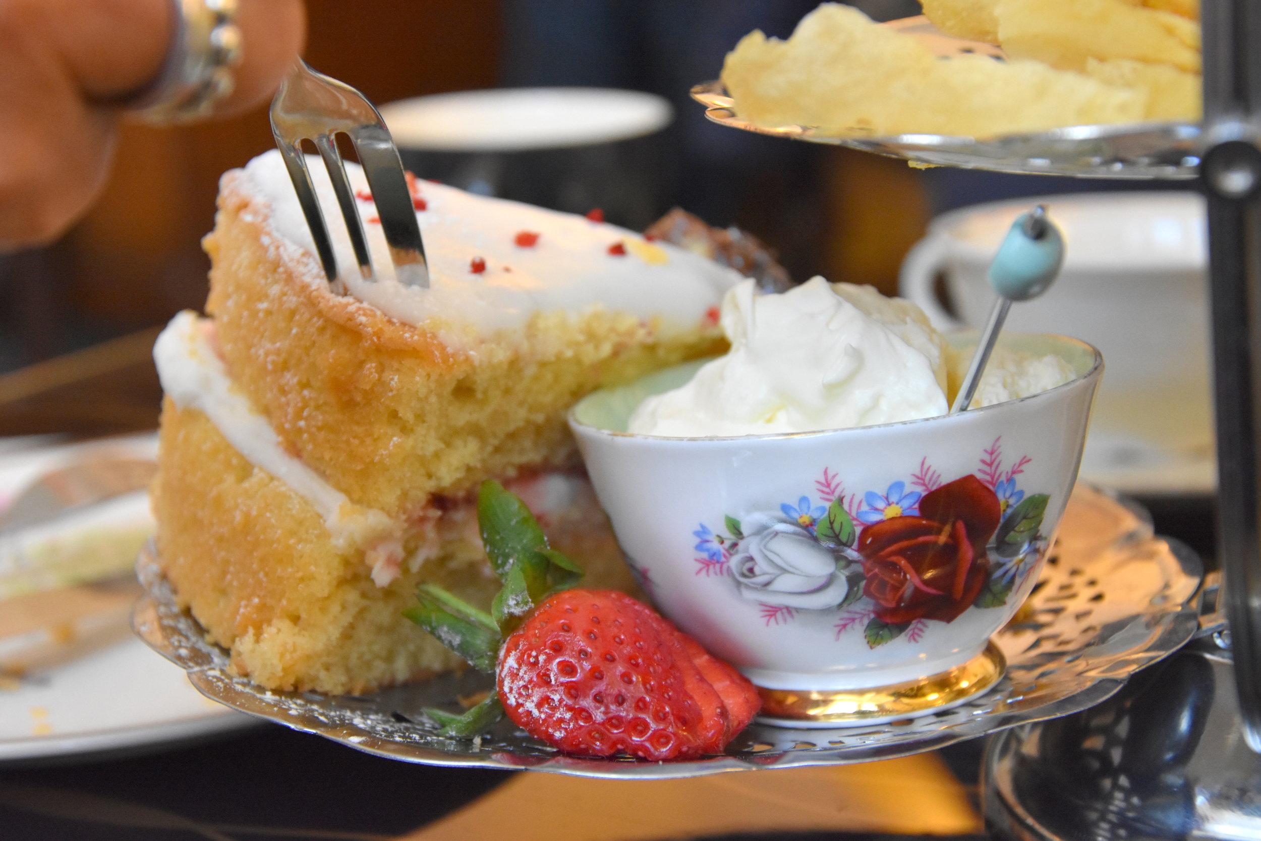 Buffé av tilltugg På tea house i Glasgow.