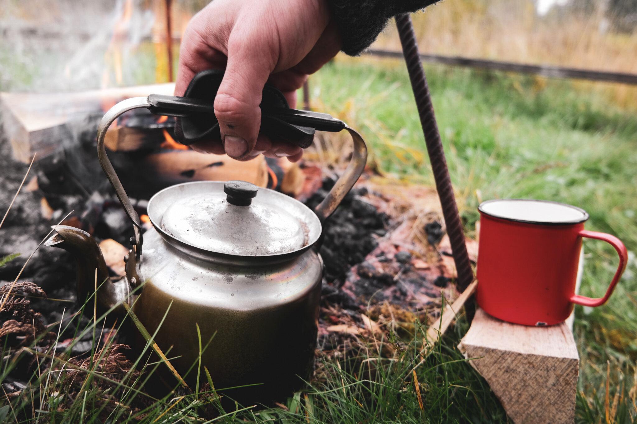 Koka kaffe över öppen eld.