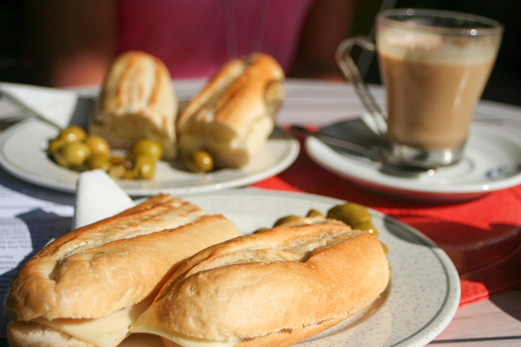 Sen frukost med café con leche på spanska.