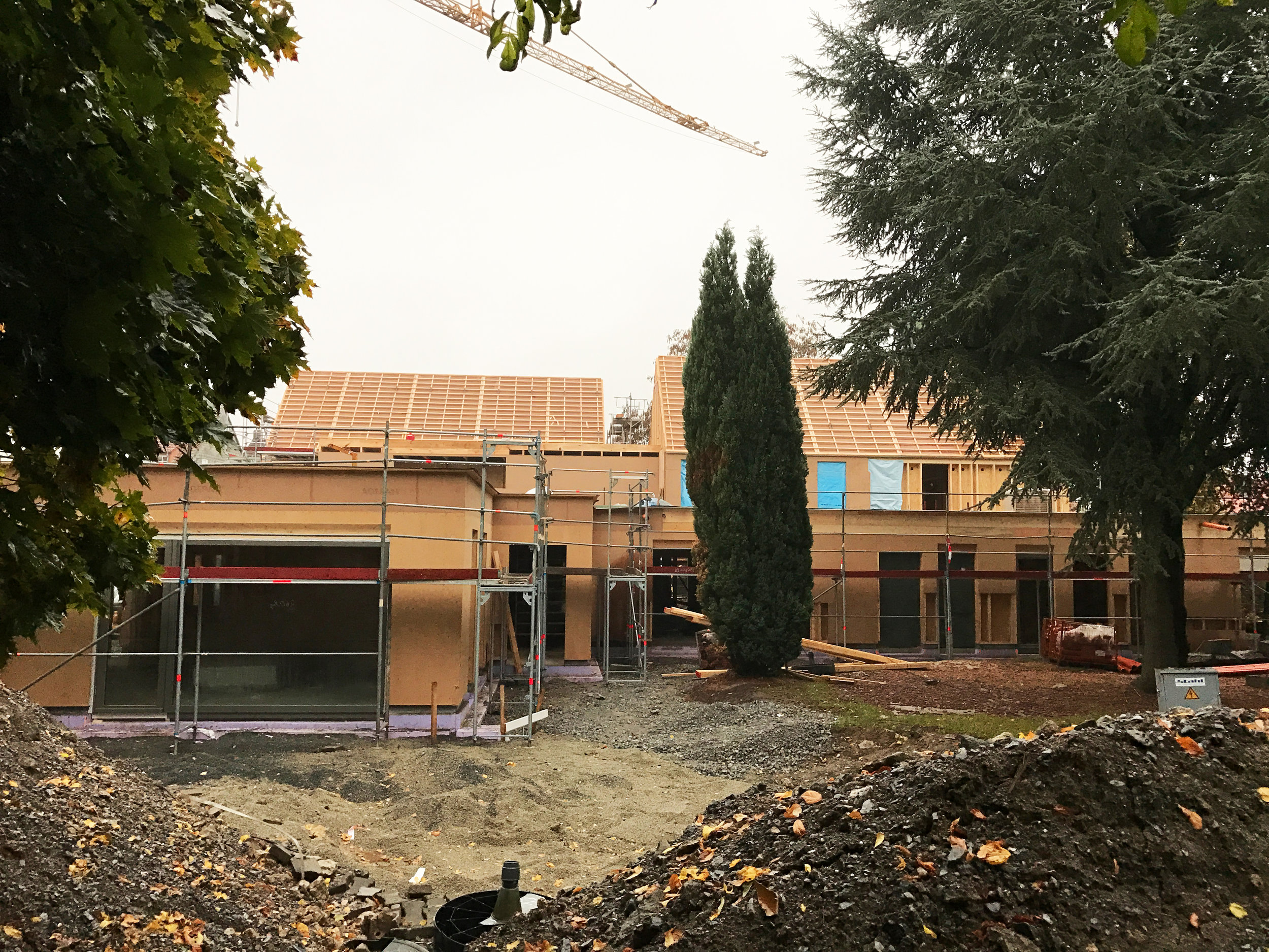 Der Rohbau der Kita St. Patrokli steht. Die Fenster stehen zum EInbau bereit. Es folgen Fassade und Innenausbau. Es bleibt spannend!