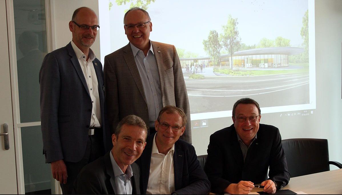 (v.l. untere Reihe) Der Kaufmännische Geschäftsführer der GWL Meinolf Köller, der Technische Geschäftsführer der GWL Johannes Althoff, Hochschulpräsident Prof. Dr. Klaus Zeppenfeld sowie HSHL-Kanzler Karl-Heinz Sandknop (hintere Reihe rechts) und Lippstadts Bürgermeister Christof Sommer (hintere Reihe links)