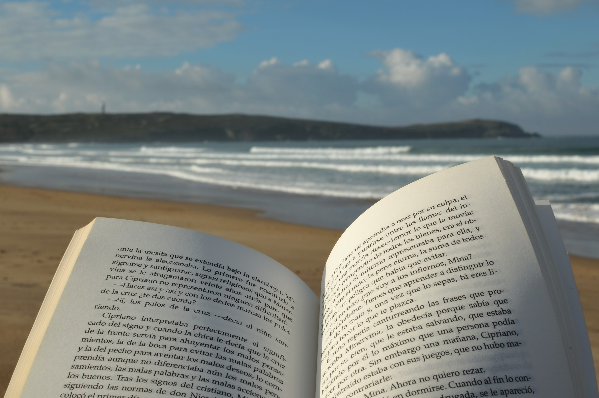 leggere un libro in spiaggia
