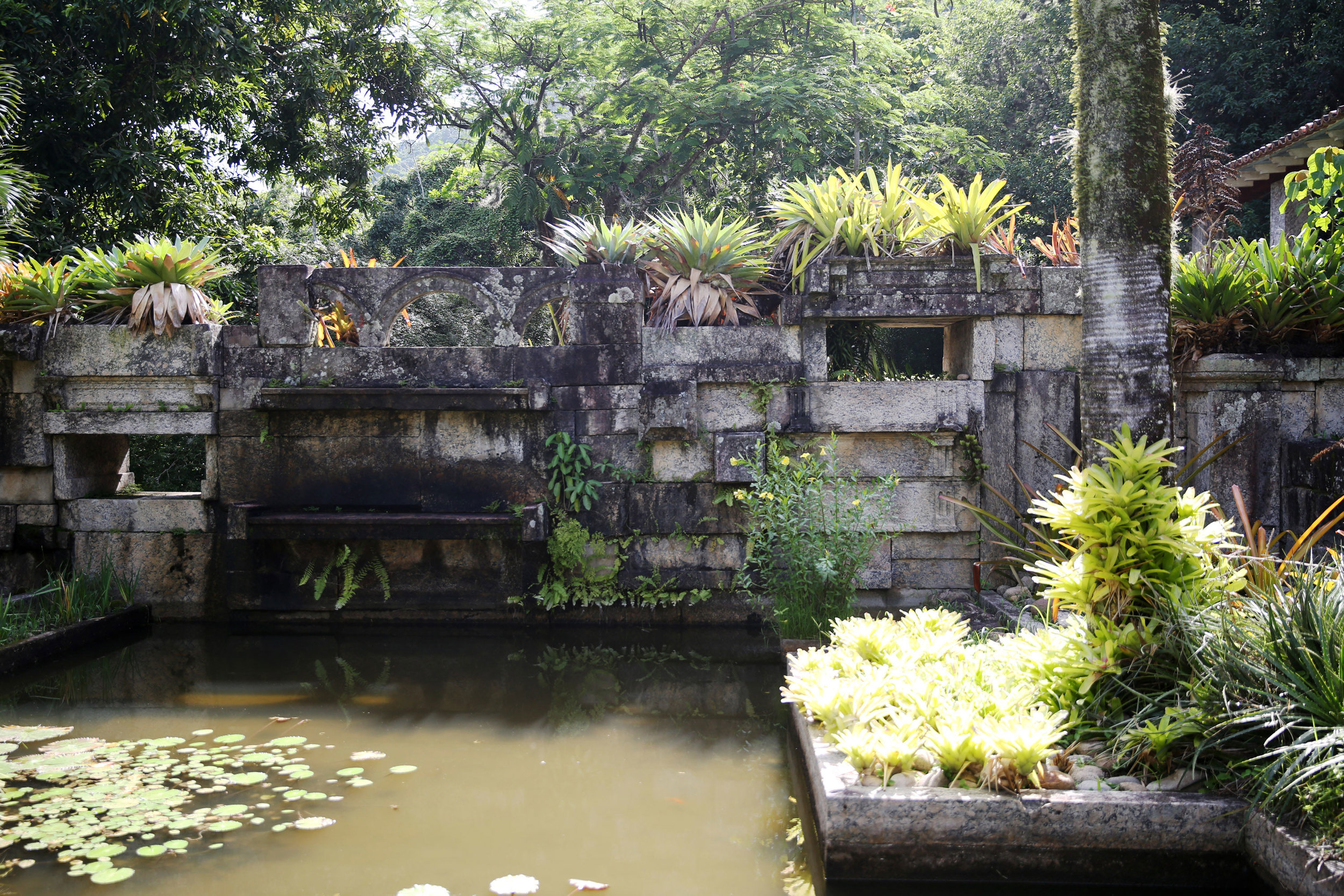 For the wall of this fountain, Burle Marx used stones from a building on demolition in the city center.
