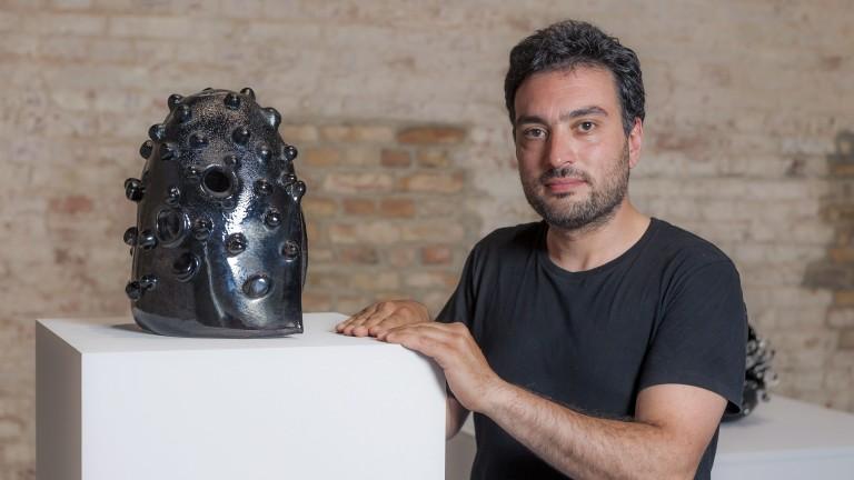 """Spiel mit dem Feuer: der Syrer Ali Kaaf schuf seine Glasskulptur """"Helmet No. 4"""" (2012) über einer Flamme (Foto: Georg Moritz .)"""