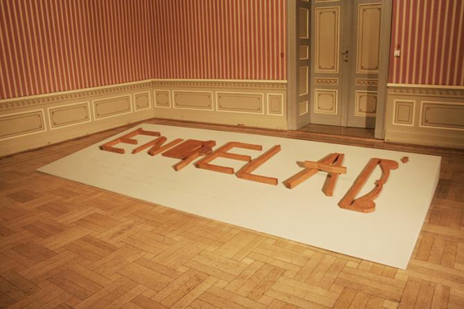 Azin Feizabadi, Enqelab, 2012-13, Installation (Sockel, Holz), 440 cm x 200 cm, Courtesy der Künstler