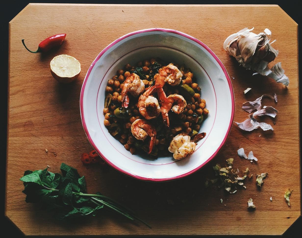 Cizrnový salát s krevetami    Recept