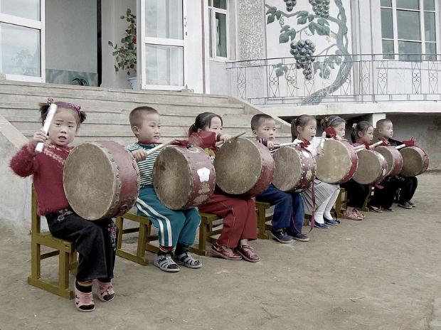 799px-Drumming_children.jpg
