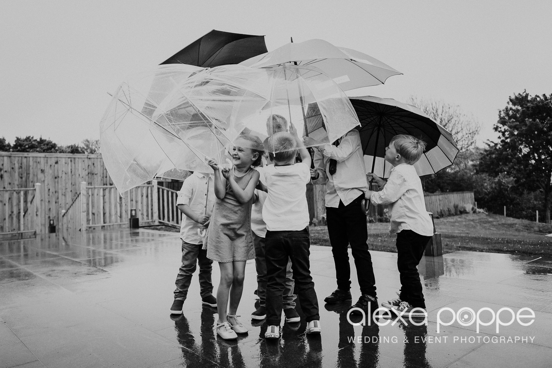 rainydaywedding_kidsandumbrellas_1.jpg