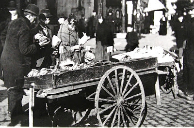 1906 photo of a New York City street vender selling bananas (Courtesy of the National Archives II College Park, Maryland)