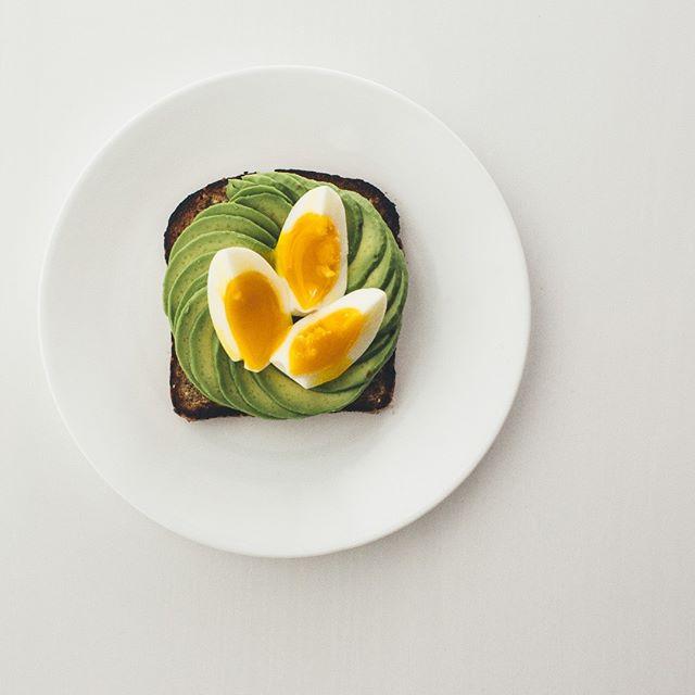 Avocado toast 🥑 . . . . . #toastsforall #avocado #avocadotoast #breakfast #eggs #egg #food #foodstagram #instafood #breakfast #brunch #toast #healthyfood #healthybreakfast #healthy #onthetable #homemade #food52 #gloobyfood #eeeeeats