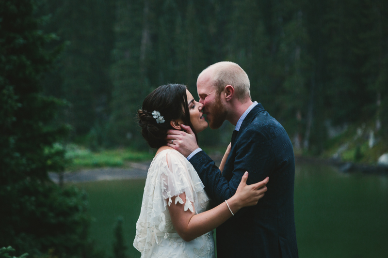 Bride and groom kissing in rain | Alta Lakes Telluride wedding | Cat Mayer Studio
