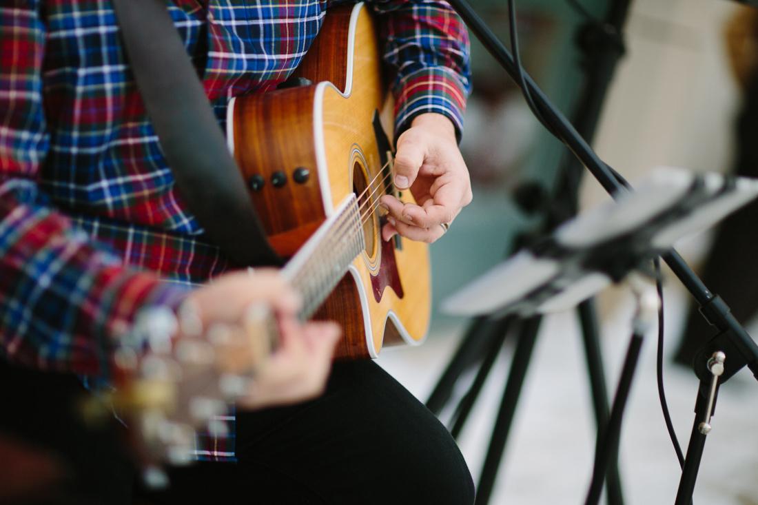 Cat Mayer Studio | www.catmayerstudio.com | Vail Wedding Photography | Wedding ceremony acoustic guitar by Tim Brown