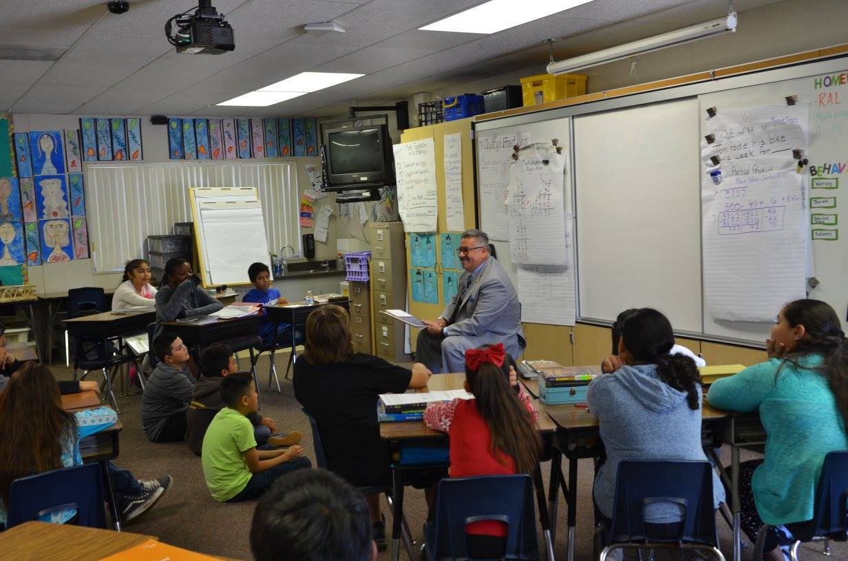 Mayor Rick Rodriguez reads to Gauldin Elementary students.