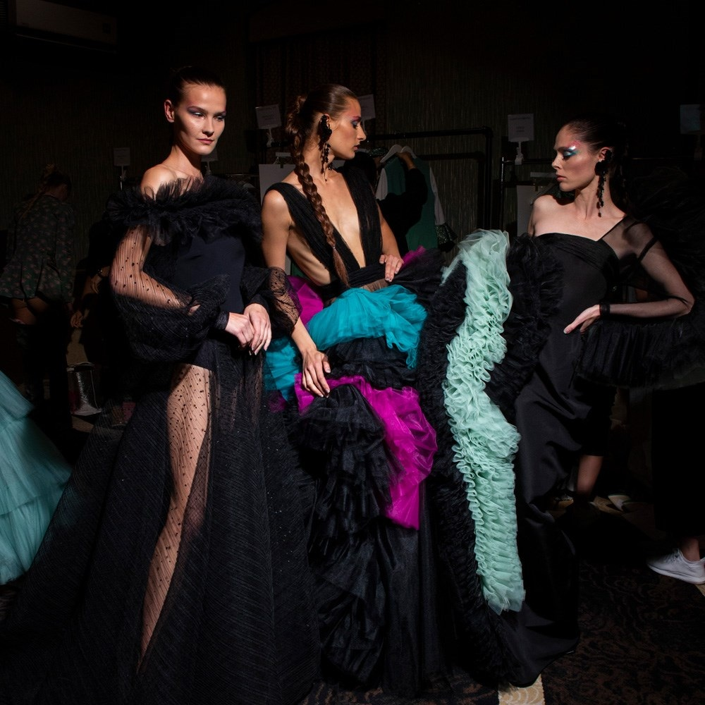 Coco Rocha backstage with models at Christian Siriano SS20. (Photo: the impression.com)