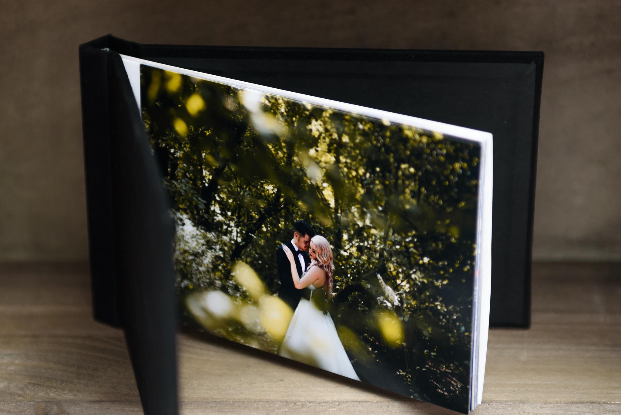 Albume pinchbook, textil - Dimensiune disponibilă: 10x15cm (30 lei/buc), 13x18 cm (45 lei/buc).Stoc:10x15cm: Negru - 9 buc, Rosu - 3 buc;13x18cm: Negru - 5 buc, Rosu - 2 buc.