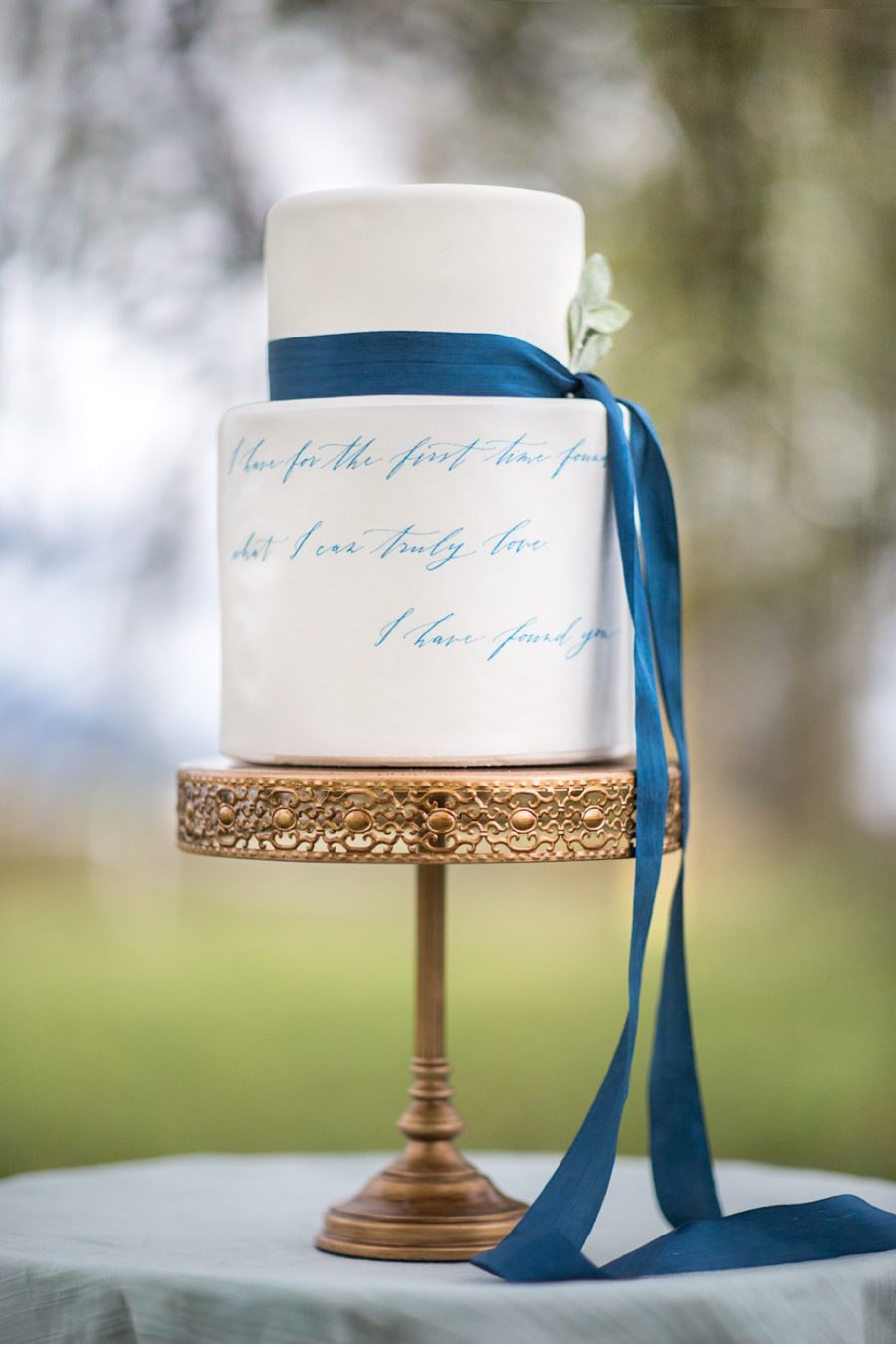 Fine-Art-Wedding-Cake-with-Script