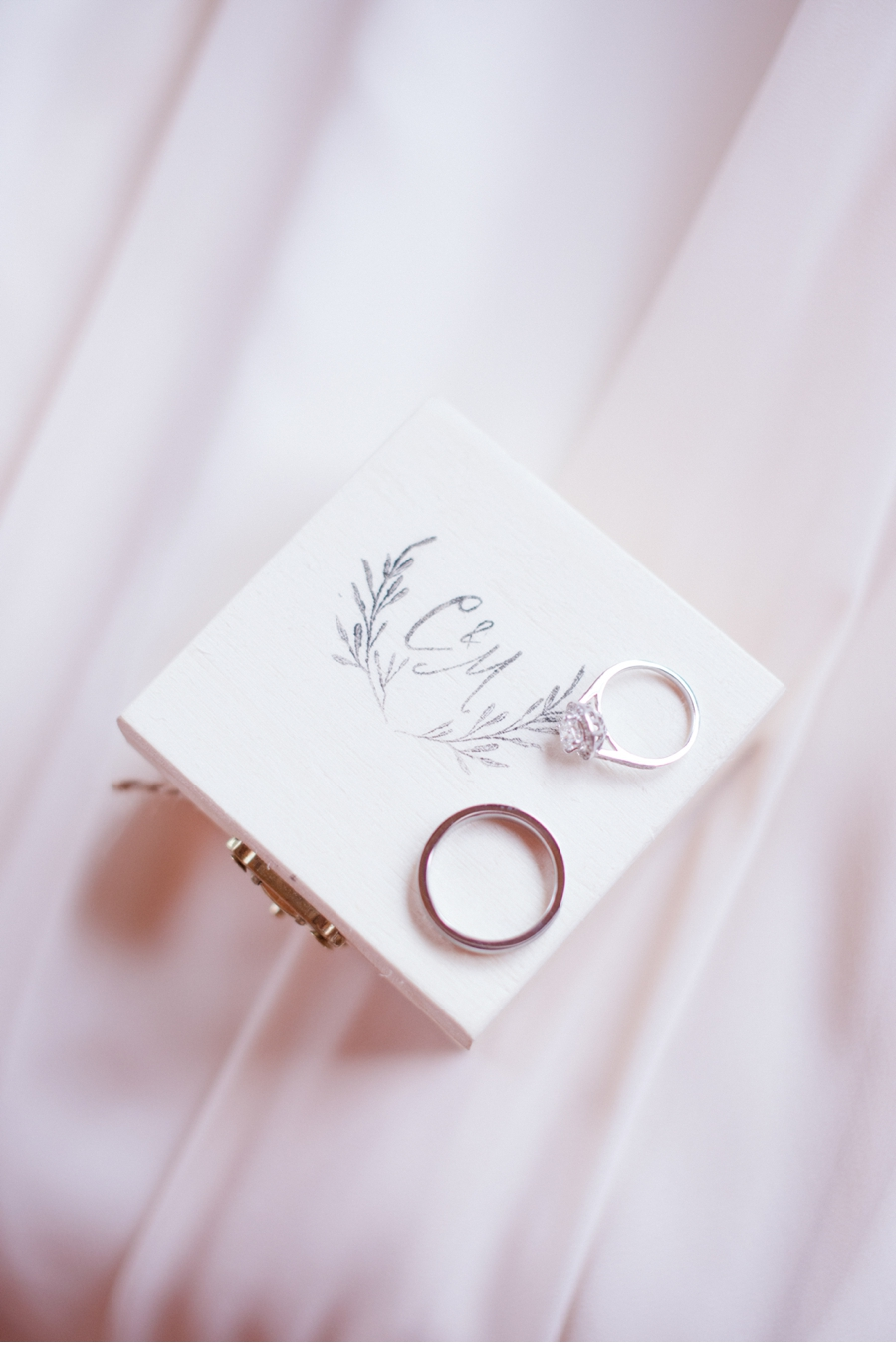 Ring-Box-with-Wedding-Rings