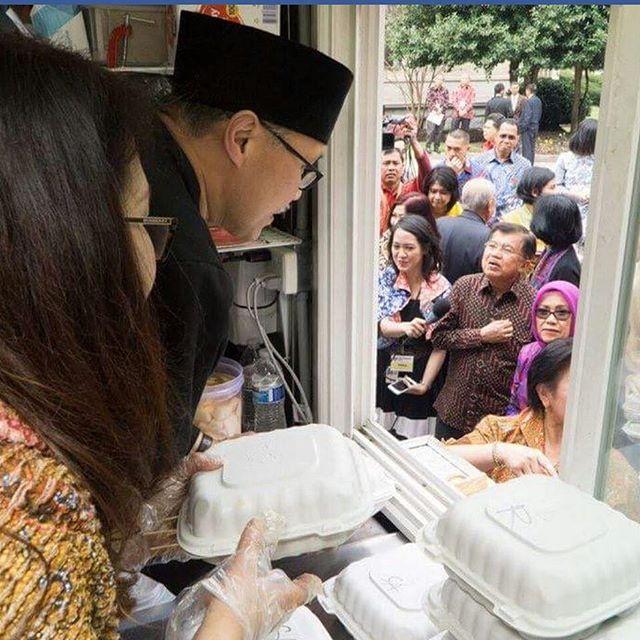 Bpk.Jusuf Kala berserta ibu mampir di Java Cove foodtruck During visit at Washington DC