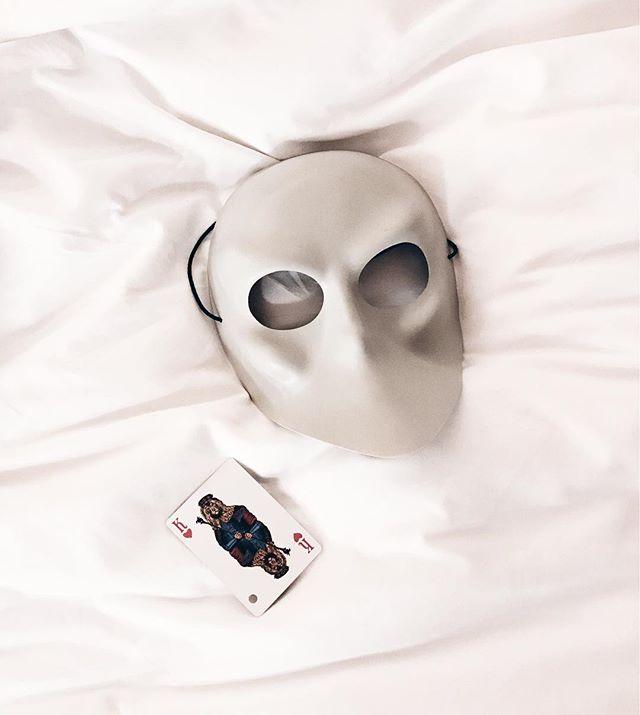 SLEEP NO MORE観に行ってきた。  SLEEP NO MOREは廃墟ホテルのビルをまるまる劇場にして、自分で部屋を回ったり、自分の好きな役者のストーリーを追い掛けるという面白い劇。  ストーリーはマクベスなんだけど、本当によく出来ている。  ホテルの中には森や墓場や病棟があったり、お客さんが役者に連れていかれたり、突然後ろから役者が現れたり、今までの演劇とは全く違う体験。  2時間ぶっ通しで歩くし、怖いし、出る頃にはグッタリしましたが、楽しかった。  #sleepnomore #newyork #nyc