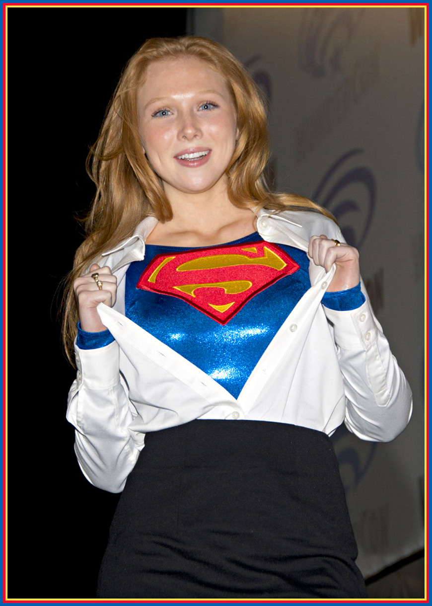 Molly Quinn ... obviously a Supergirl fan.