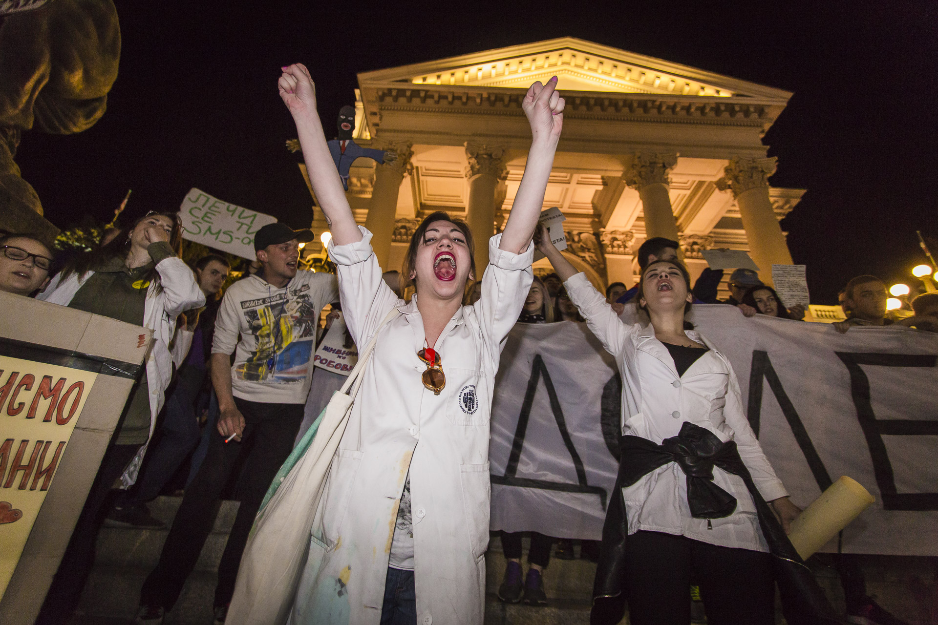 Protesters dressed like a doctor simbolize the increasing emigration of young educated professionals.