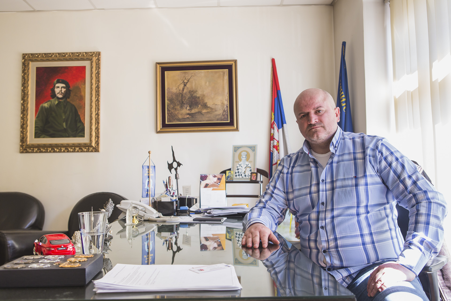The president of the Police Union, that took part in the protests, in his office, besides the serbian flags, statues of historical heroes and ortodox icons, as well as the portrait of Che Guevara.