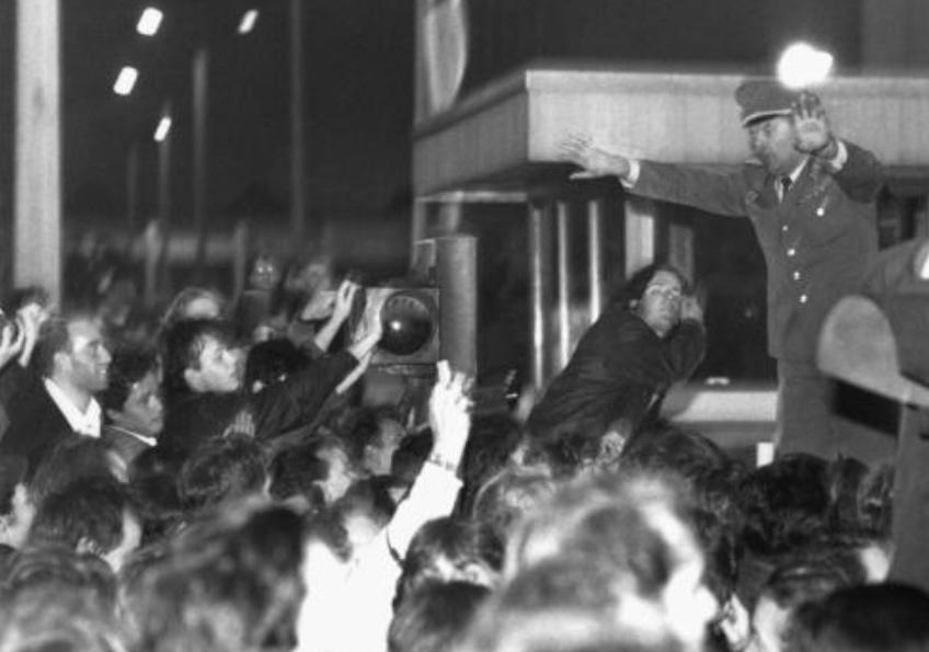 East Germans storming checkpoint, Nov 9, 1989  -  photo:keystone/str