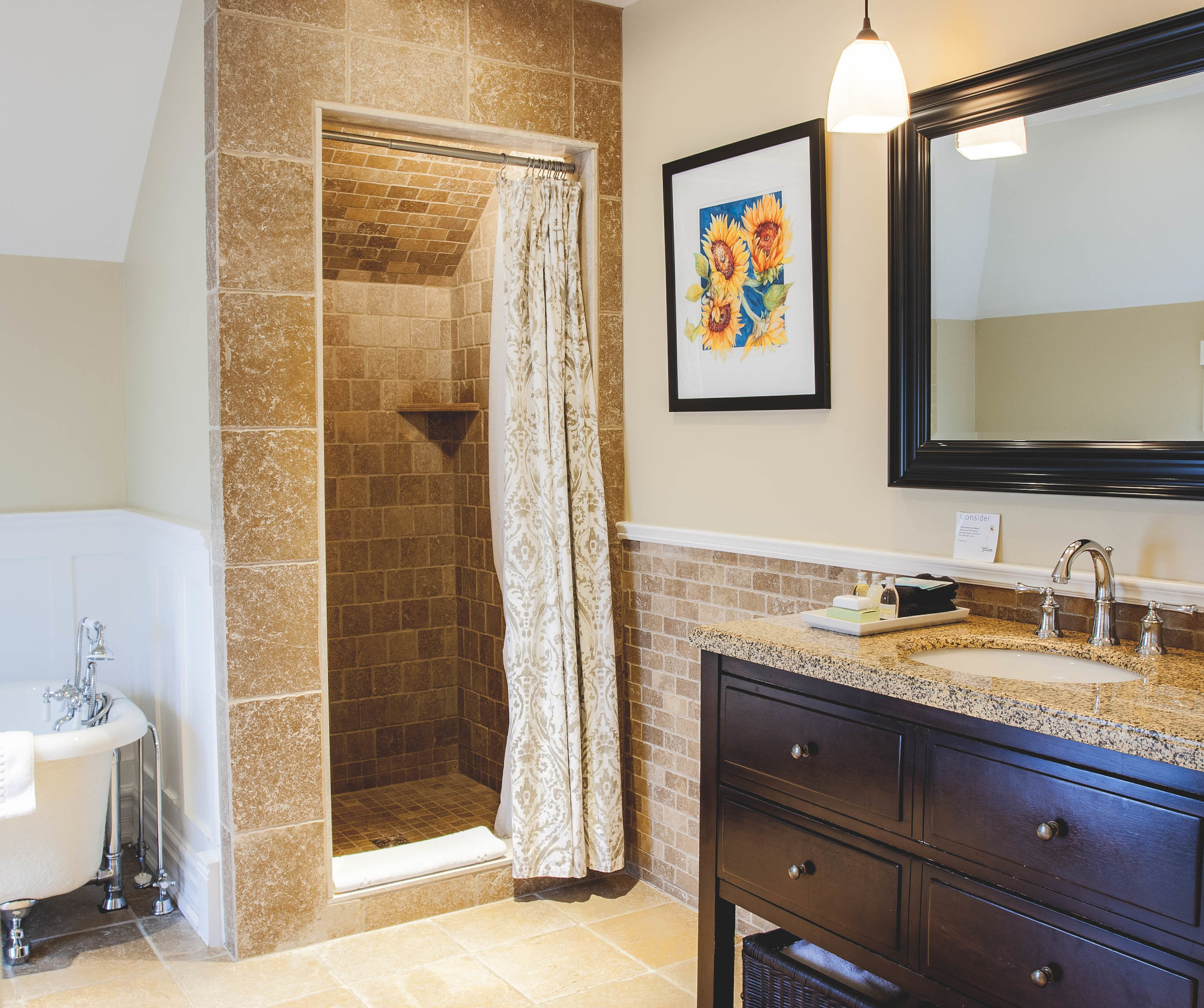 interior suite bath-.jpg