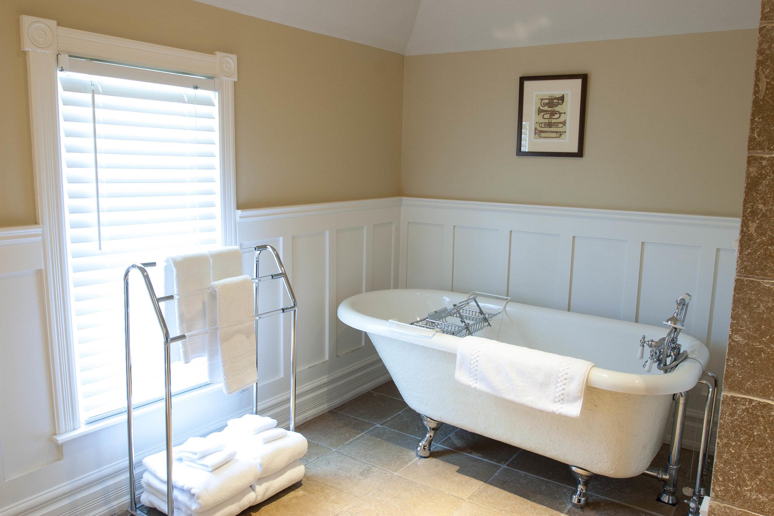 interior suite bath-0240.jpg