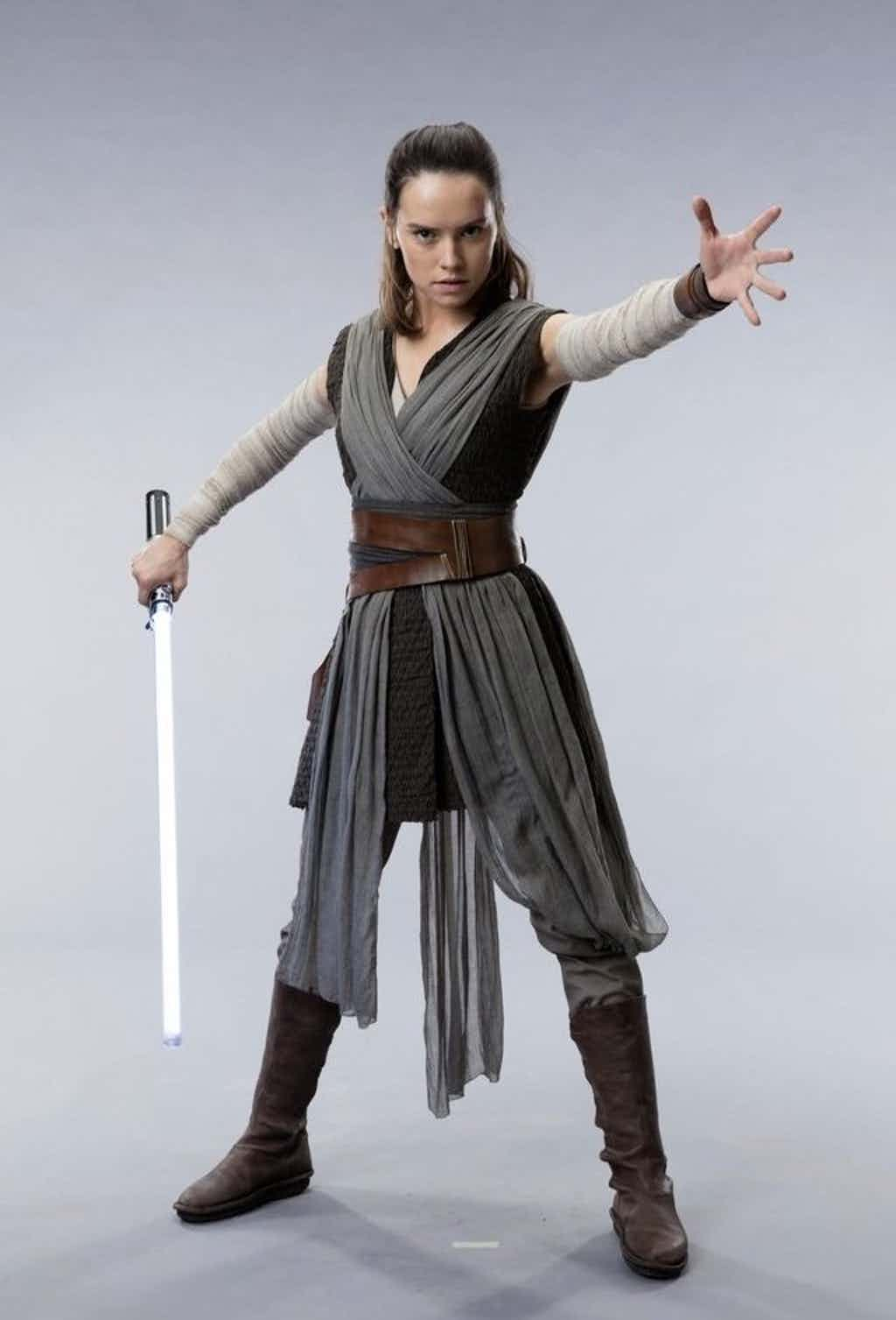 Star-Wars-The-Last-Jedi-Rey-in-Grey-Tunic-Costume-Prop-Lightsaber.jpg