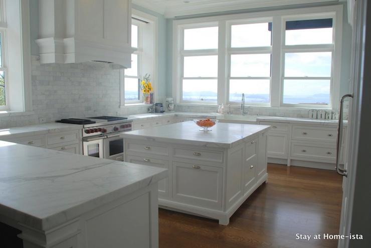 white on white kitchen - windows as backsplash - high-rise - e037fd9fb087