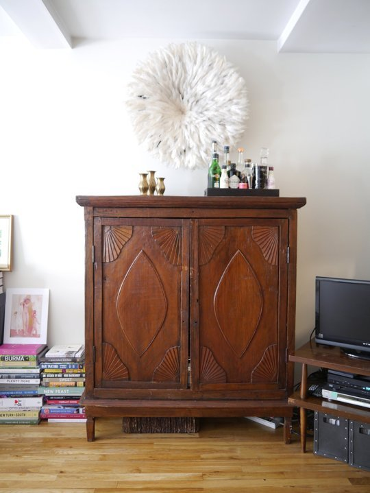 That TV stand is nothing to write home about, but it works