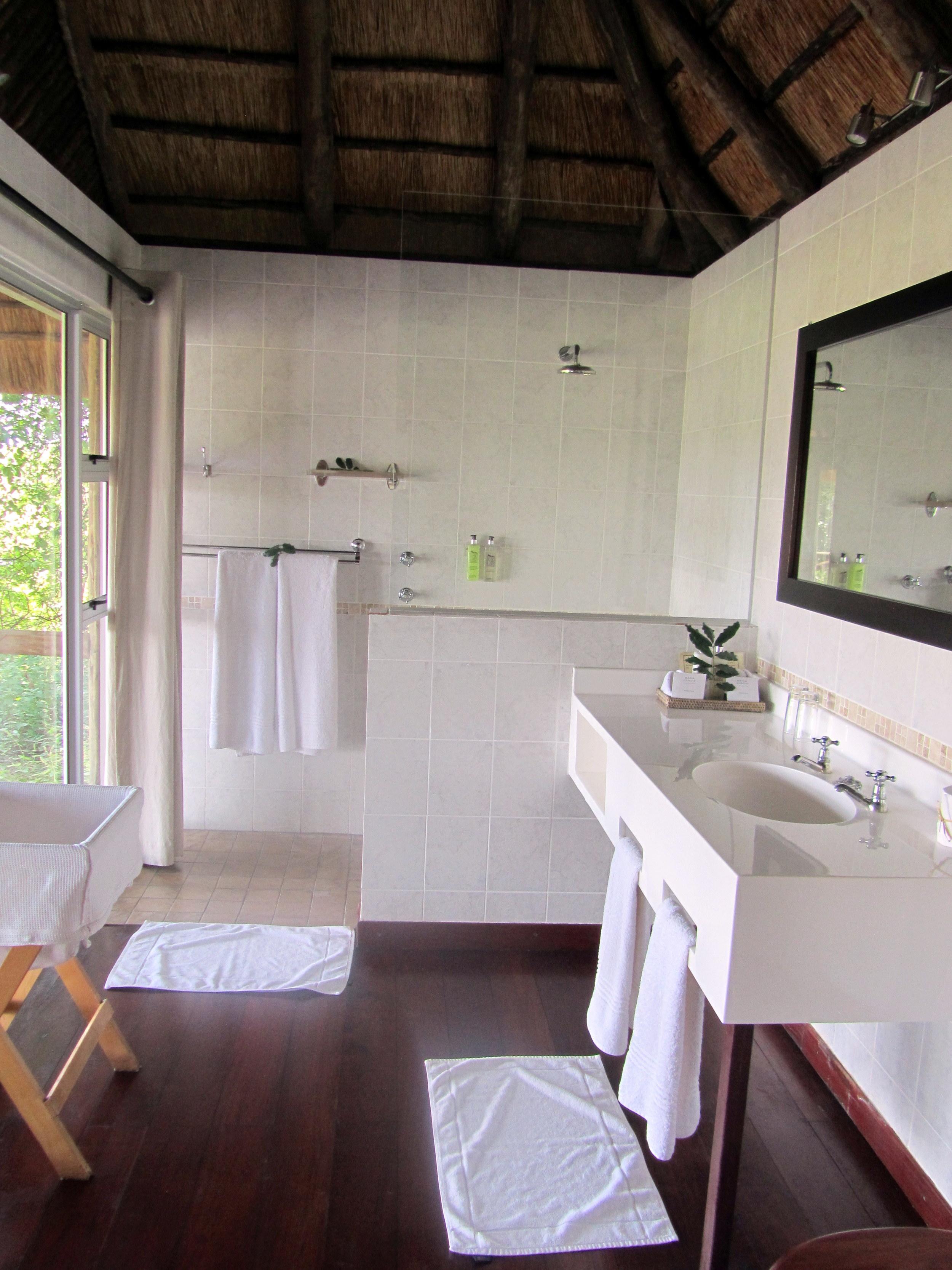 Savutie - bathroom.jpg