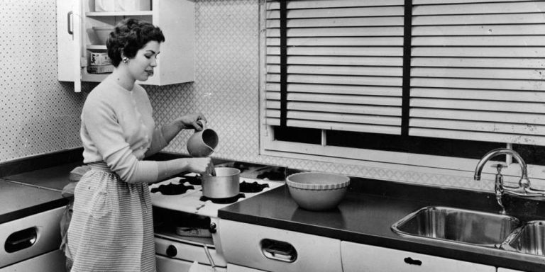 I would still be happy with a kitchen like this from the 1950s!… it's a classic, black and white.