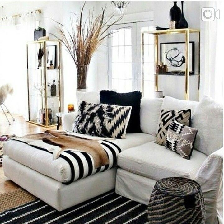 Black and white decor with natural elements mixed in remains popular.