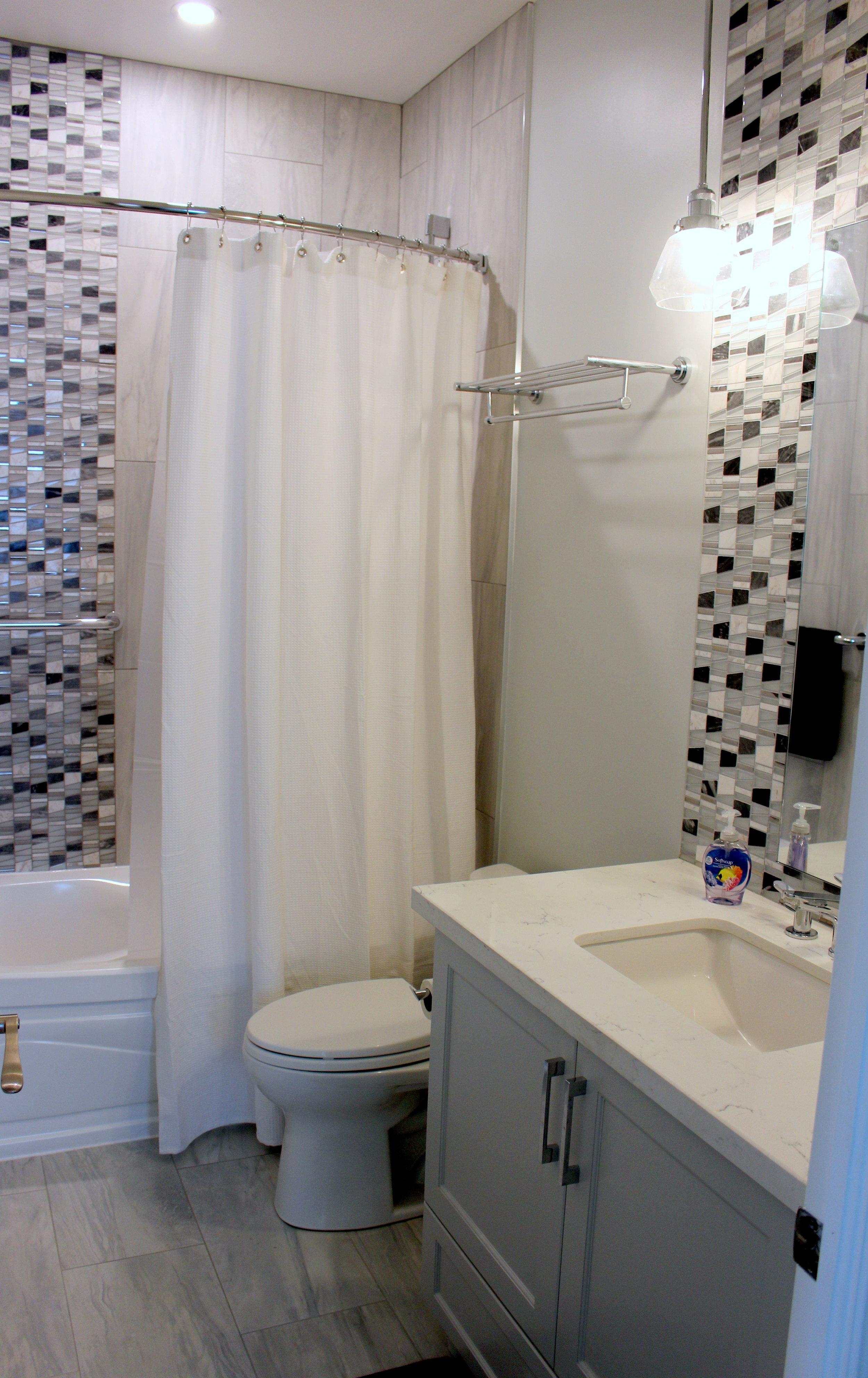 penthouse guest bath 2.JPG
