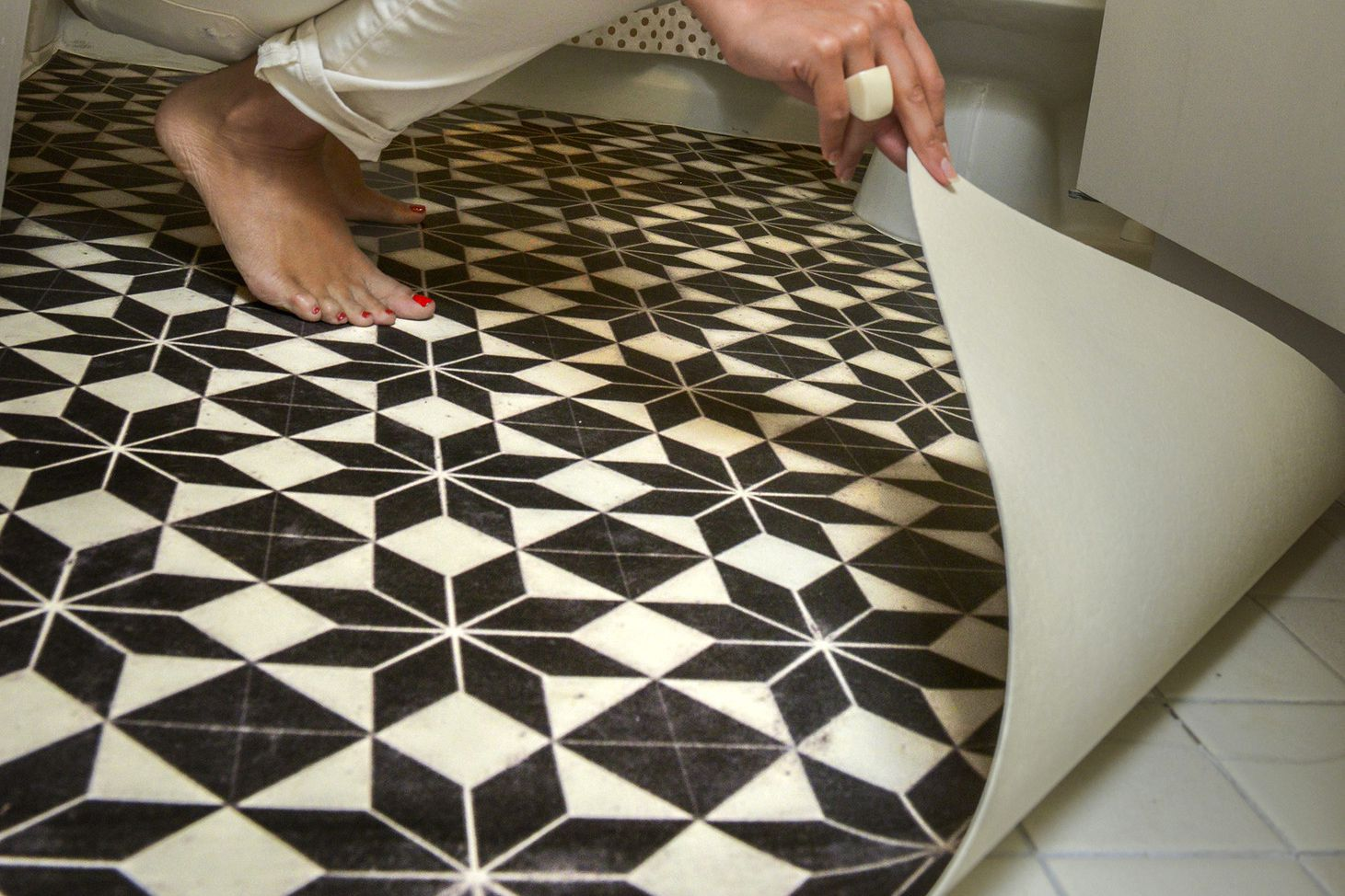 Fast-Fixes-for-Ugly-Floors-via-smallspaces.about.com-579bb3ff3df78c32766549d2.jpg