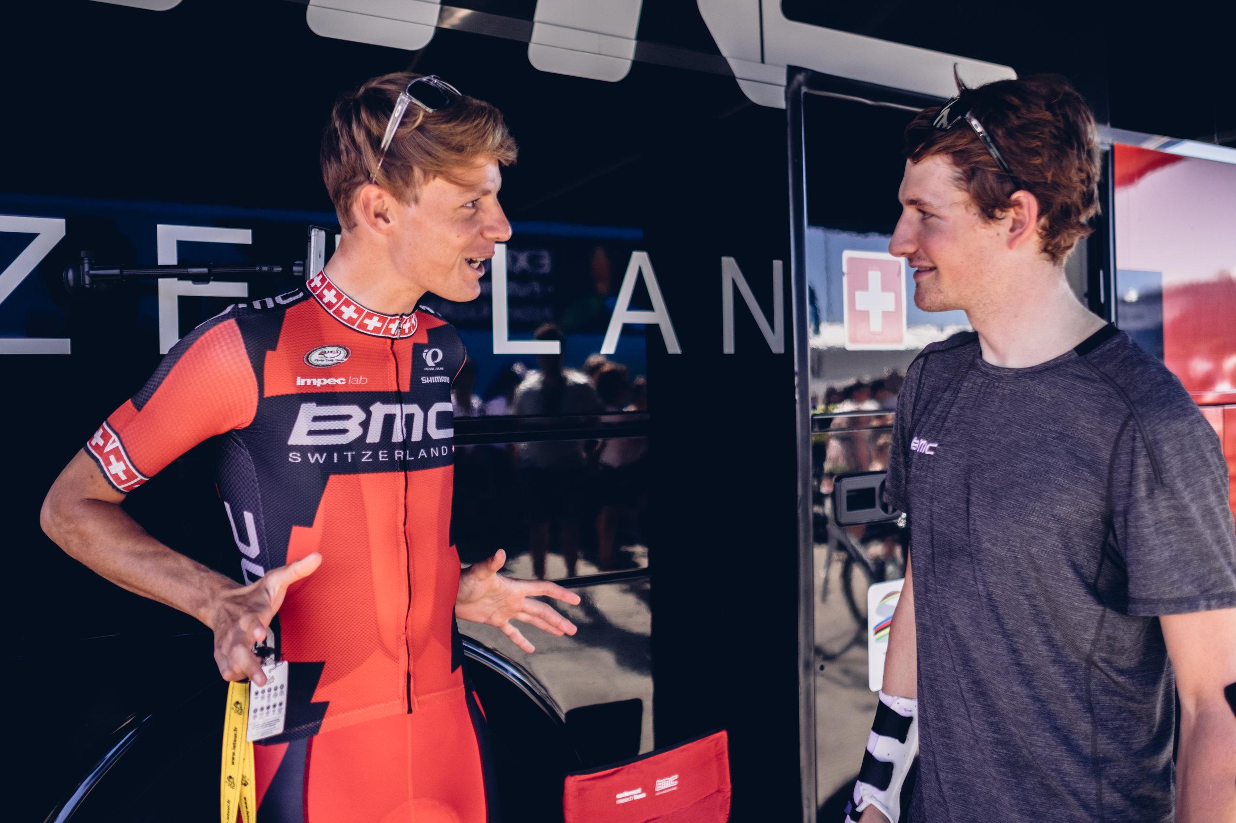 Michale im gesprach mit Stefan Küng vor dem Start