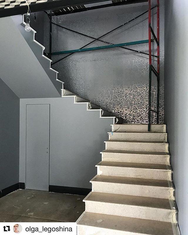 Кадр нашего ведущего дизайнера Ольги Легошиной @olga_legoshina со стройки одного из наших проектов. Совсем скоро в этом холле первого этажа загородного дома, расположенного на Новорижском шоссе, начнётся  монтаж металических перил, светильников, расстановка мебели и развеска картин, и можно будет наслаждаться красотой пространства в полной мере! 😊