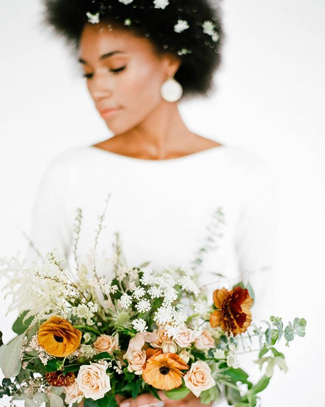 Minimalist & monochrome bridal inspiration featured on @magnoliarouge 😍 link in bio for full feature of all of @ggabriella's gorgeous photos 📷  model - @gabrielle_g  hmu - @phia_hair @makeupnikki  dress - @ceremony_boston @sarahseven  jewelry - @storeore @sophiehughesjewelry  #bridalinspiration #bostonweddings #minimalism #monochrome #floralhunters #magnoliarouge