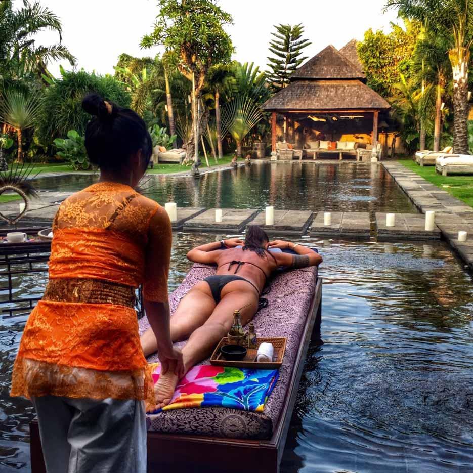 Massagein the pool