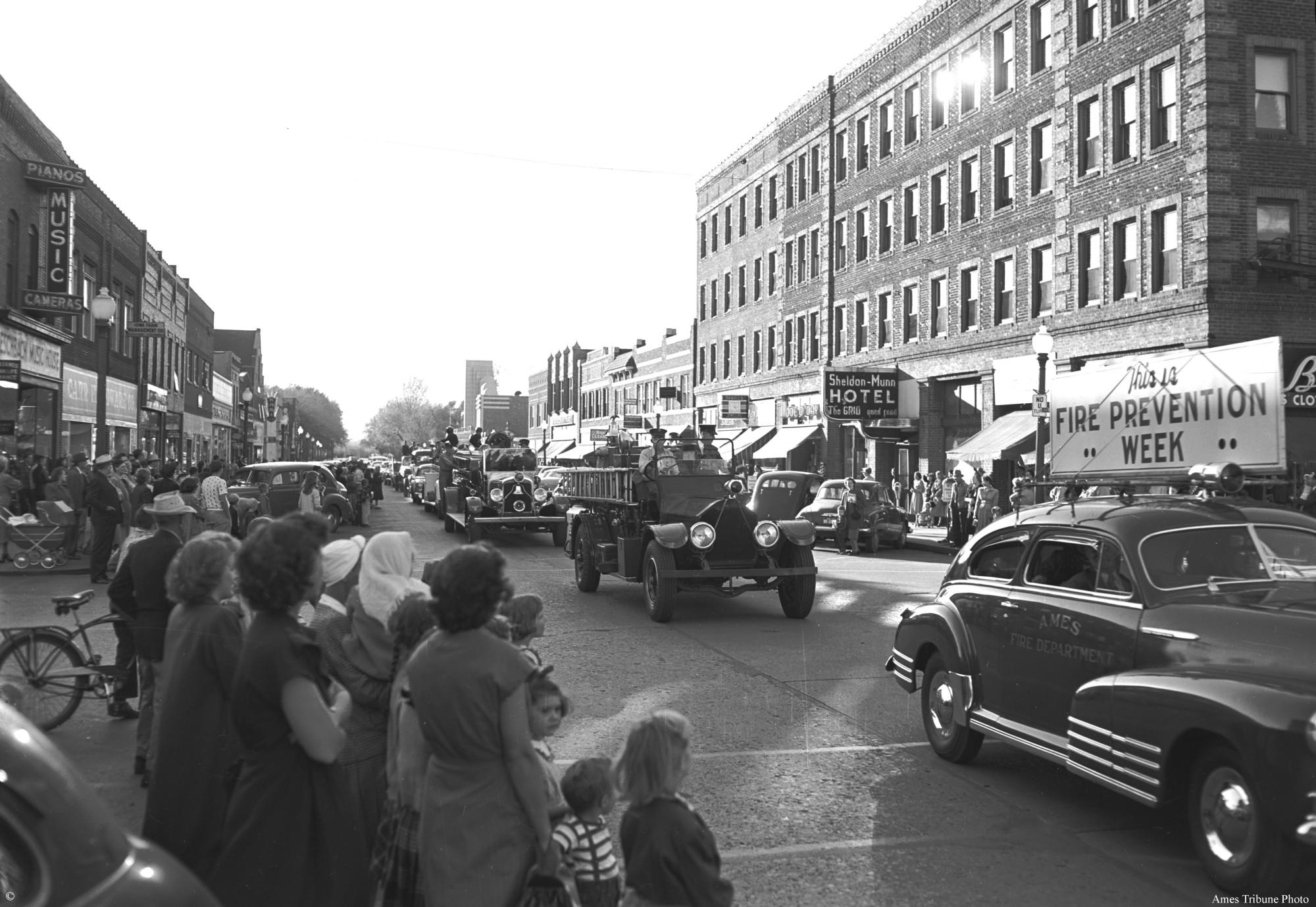 1949_10_13_fire_prevention_week_parade_fire_trucks.jpg