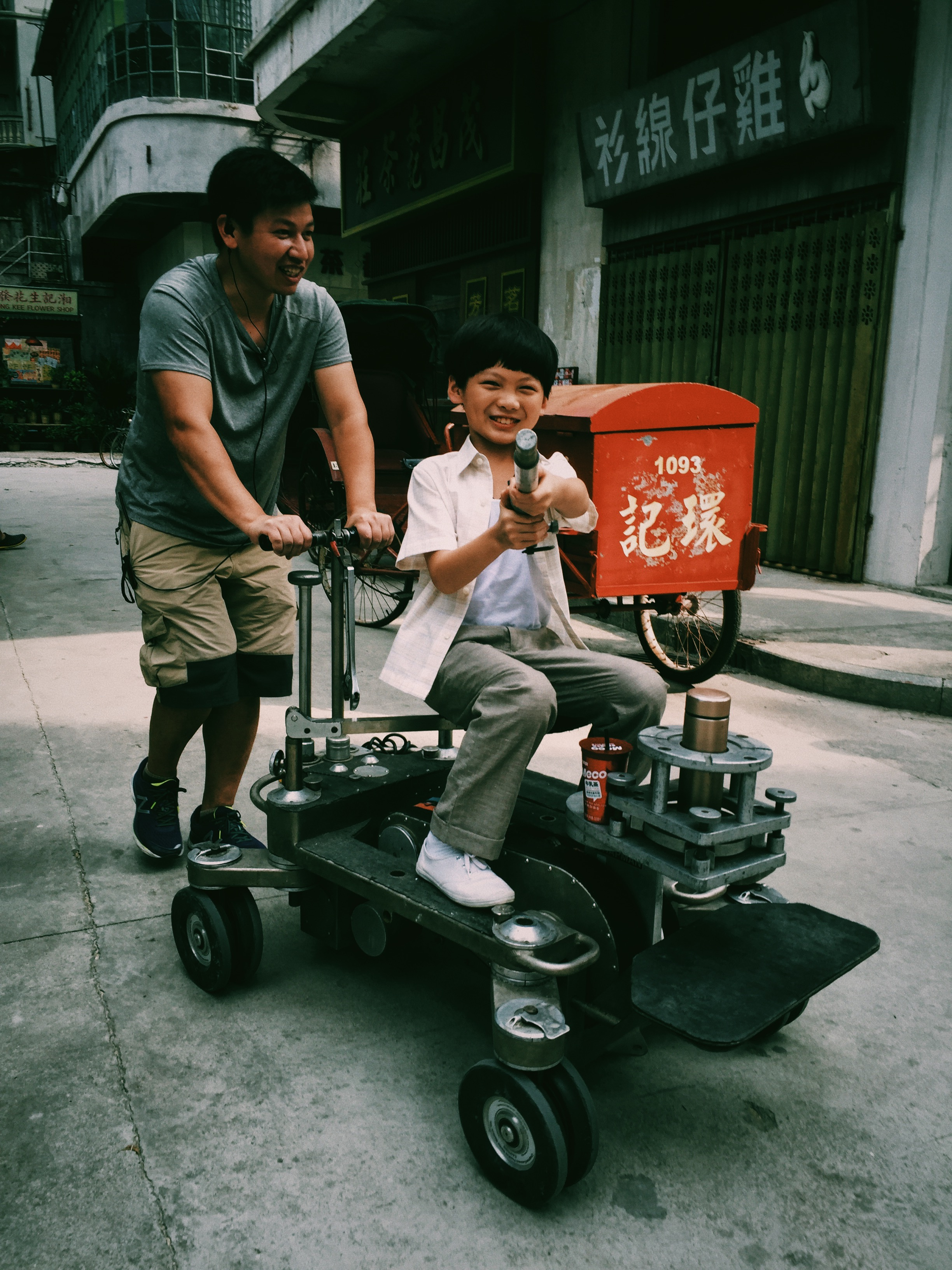 Fengge and Dolly grip A-Kang
