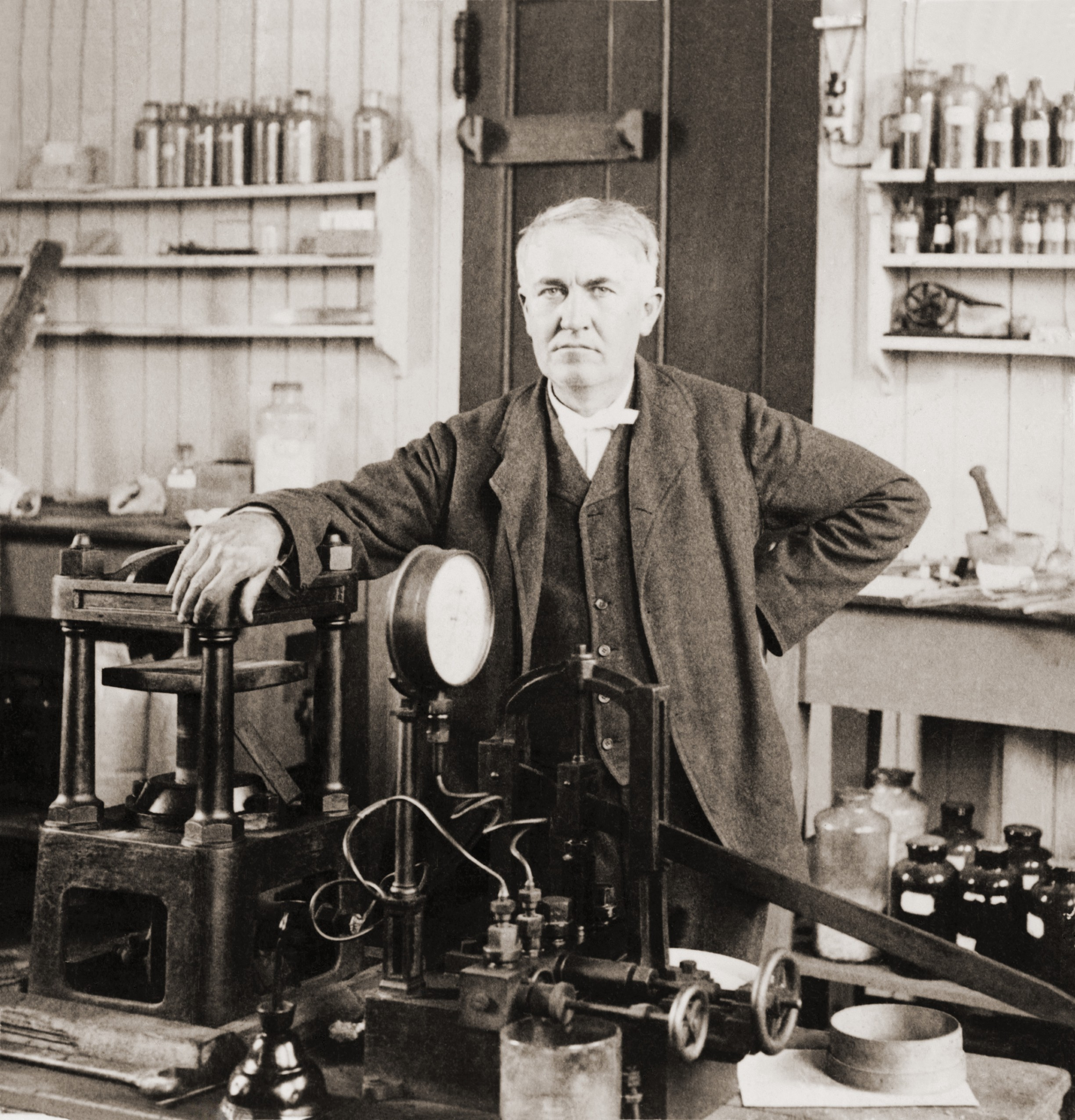 Thomas A. Edison (1847-1931) in zijn laboratorium in West Orange, New Jersey, (ca. 1901).