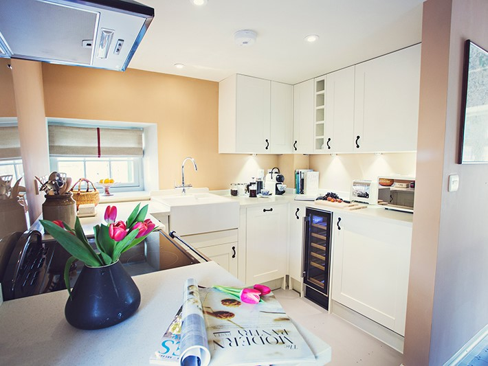 42939 8 Well equipped kitchen with wine fridge and Nespresso machine.jpg